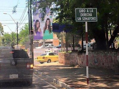 Giro a la derecha sin semáforo no es obligatorio