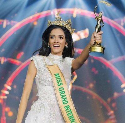 Paraguaya gana certamen de belleza internacional y se desmaya de la emoción