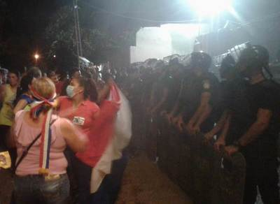 """Manifestantes """"visitaron"""" a una fiscal en noche 16"""