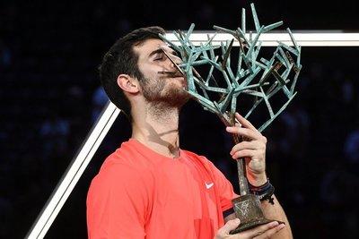 Khachanov sorprende a Djokovic en la final de París-Bercy