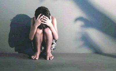 Agarró de los pelos a la niñera que abusó de su hijo de 4 años