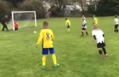 Padre del año empuja a su hijo arquero al suelo para que ataje un gol en un partido