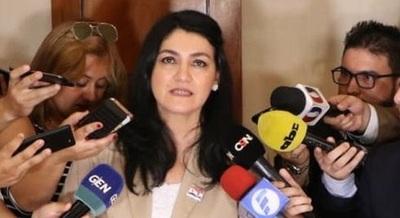 Viceministra defiende a su marido y habla de acciones legales
