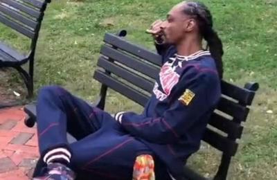 '¡Que se joda el presidente!': Snoop Dogg fumó marihuana afuera de la Casa Blanca