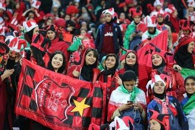 Mujeres de Irán acuden a presenciar un partido de fútbol