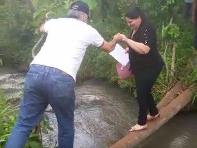 Fiscal y su asistente cayeron al agua tras pasar un arroyo