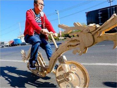 Una bicicleta con forma de dragón hecha de palitos de helado
