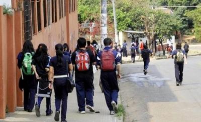 HOY / Regreso de escuela y colegio a  casa: extraños invitan a chicos a  subir a autos, policía lanza alerta