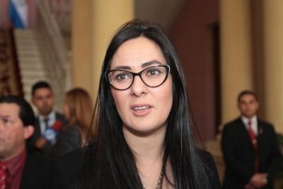 Ministra niega negociado con Messer