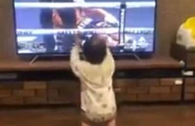 La tierna reacción de un bebé al ver a su padre ganar una pelea por televisión