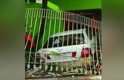 Una conductora se estrelló contra un local comercial