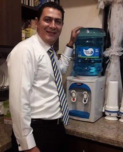 Intendente obliga a funcionarios  a comprar agua de su empresa
