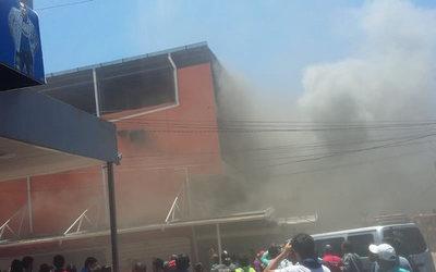 Sofocaron incendio de gran magnitud en shopping de Encarnación