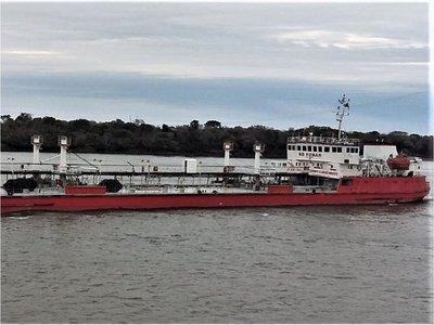 Sube la tensión por detención ilegal de buque paraguayo
