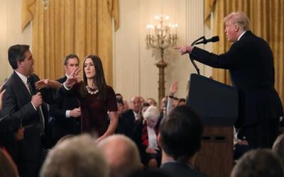 Ordenan a la Casa Blanca devolver credencial a periodista de CNN