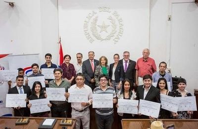 Distinguen a jóvenes escritores de cuentos en guaraní y castellano