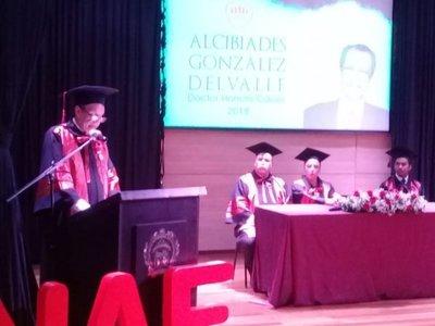 Condecoraron a Alcibiades González Delvalle