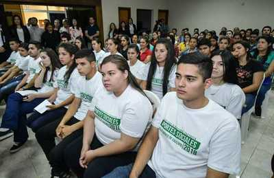 Estudiantes de Caazapá reciben desembolso por becas