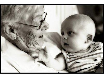 Las abuelas que cuidan a sus nietos, recibirán un sueldo del Estado