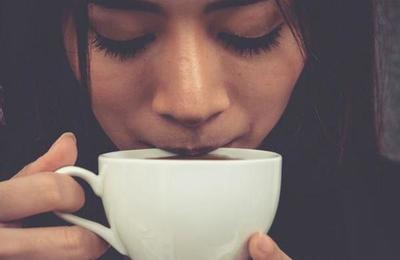 Otro beneficio a la lista: consumir cafeína reduce la sensibilidad al dolor