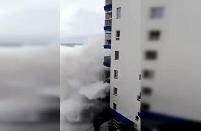 El impresionante momento en que olas de seis metros destruyen balcones de un edificio en Tenerife