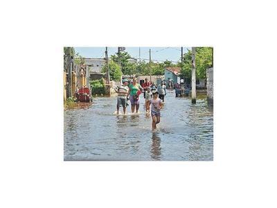 Tras lluvia, río sube y sigue la evacuación