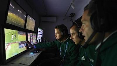 HOY / UEFA no descarta aplicar el VAR en la presente temporada