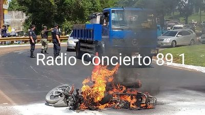Moto se incendia tras derrame de combustible