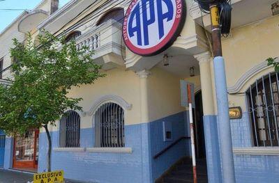 Músicos se encadenan y acusan de robo a presidente de APA