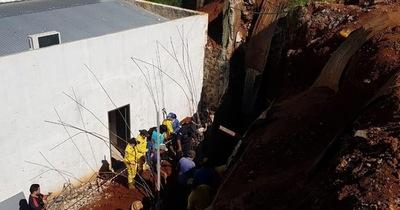 Se derrumba pared en construcción y fallece un obrero