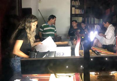 Incautan documentos de oficina de la pareja Zacarías-McLeod