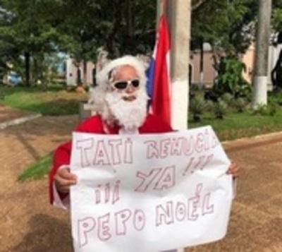 Trabajador vestido de Papá Noel se suma a manifestación en Concepción