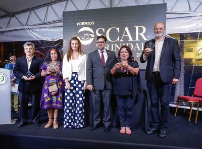 """Entregan galardón a ganadores de """"Premios Óscar Trinidad"""""""