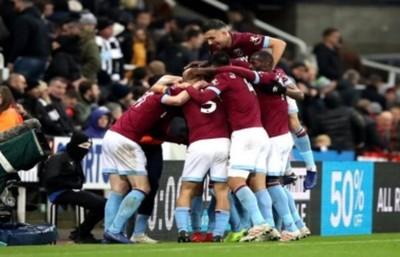 El West Ham del paraguayo Fabián Balbuena vuelve a los festejos tras golear de visita a Newcastle