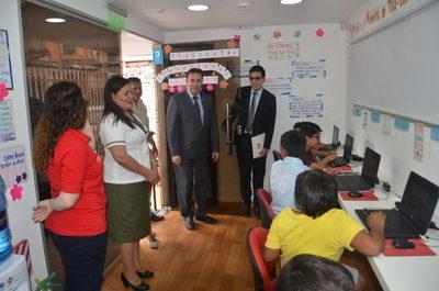 Colegio de San Lorenzo fue beneficiado con notebook e internet