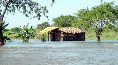 Ñeembucú: cruzan 500 metros de agua para llegar a la escuela