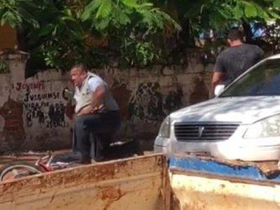 Jefe de la Policía de Tránsito se toma a golpes con automovilista