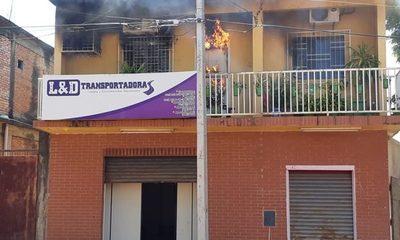 Reportan incendio en interior de departamento