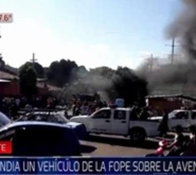 Vehículo de la FOPE arde en llamas y afecta a vivienda precaria