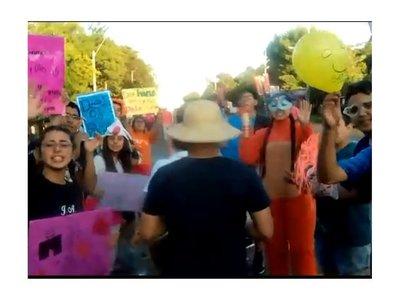 Jóvenes hacen túnel para alentar a los peregrinos