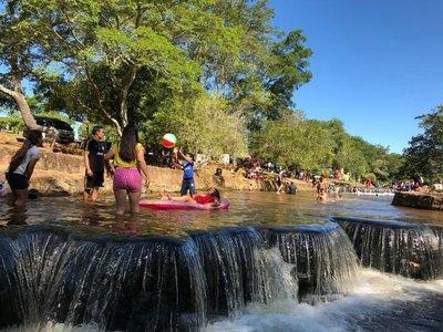 Peregrinos se refrescan en arroyos de Caacupé y Piribebuy