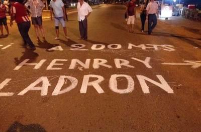 """En noche 58, manifestantes van por """"concejal traidor"""""""