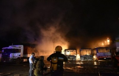 Incendio en parada de la línea 28 deja buses destruidos y otros daños materiales