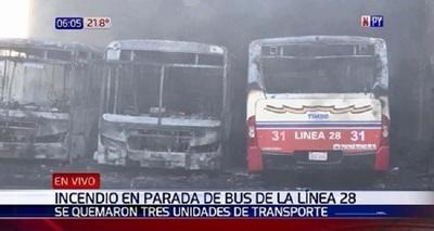 Incendio consume buses en parada de la Línea 28