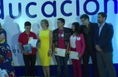 Entregan premios a ganadores del concurso 'La educación en 90 segundos'