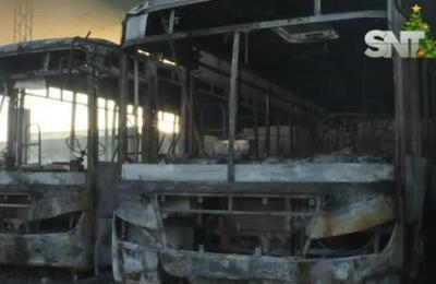 Incendio en ciudad de Luque: ardieron tres ómnibus y una carreta