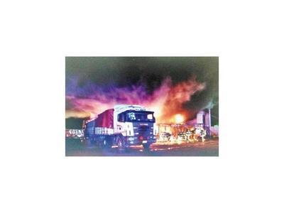 Incendio en parada afecta a 3 buses