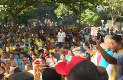 Taxistas exigen que la prensa se retire del lugar de manifestación