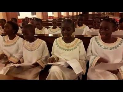 Niños africanos cantando 'Dos trocitos de madera' causan furor