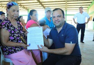 MDS firma y entrega contratos a 71 familias de Cnel. Oviedo